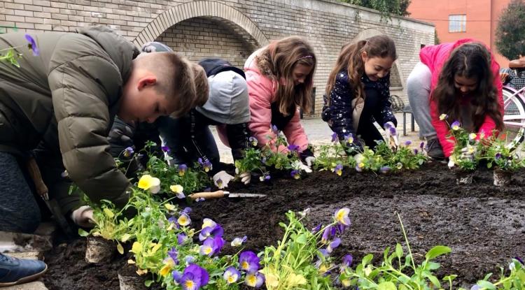 A gyerekek is szívesen segítettek a város virágosításában